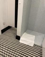Ванная комната с черно-белой плиткой Luxemix